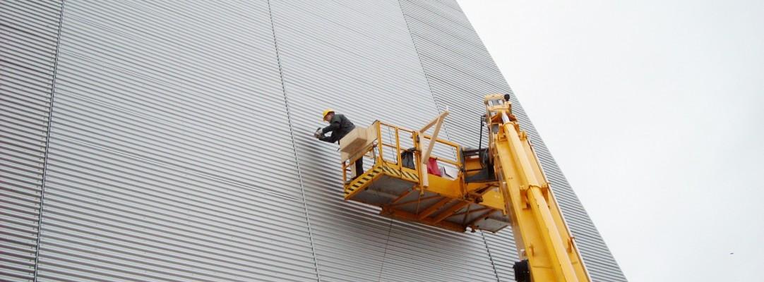 Montering af plader på en stor bygning